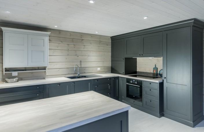 Vidaus dailylentės, panaudotos lubų ir sienų apdailai virtuvės interjere