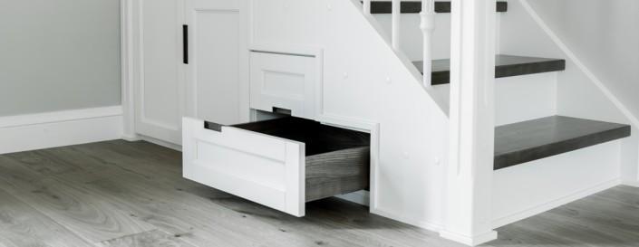 Medenio grindiniai apvadai grindims suteikia užbaigtumo įspūdį.