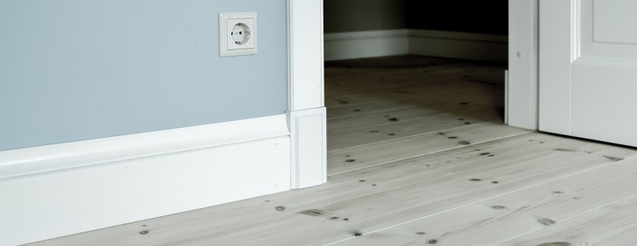 Medenio grindų ir durų apvadai yra nedažyti, todėl klientas gali juos lengvai priderinti prie bet kokio interjero.