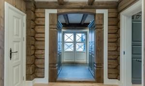 Pušiniai dažyti apvadai luboms, grindims, langams ir durims.