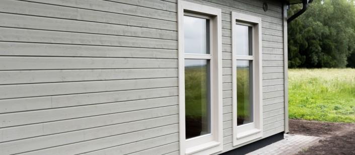 Lauko dailylenčių fasado apdaila yra ilgaamžė, ją galima atnaujinti taip pakeičiant namo išvaizdą iš esmės.