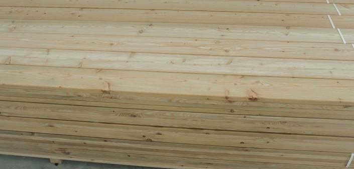 Medinės terasos lentos puikiai tinka kiekvienam natūralumą vertinančiam žmogui.