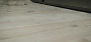 Pušinės grindlentės iš skandinaviškos medienos yra tvirtos ir ilgaamžės.