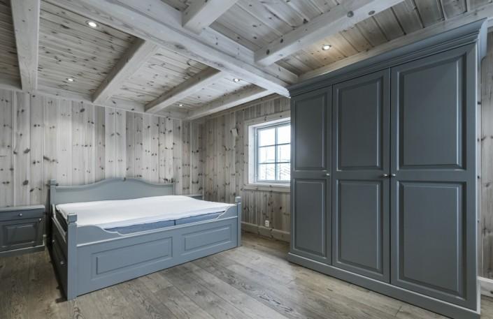 Medenio vidaus dailylentės, panaudotos miegamojo sienų ir lubų apdailai