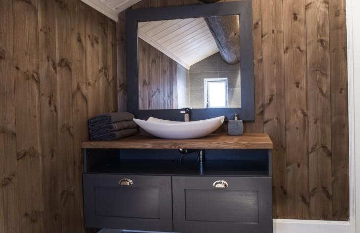 Medenio vidaus dailylentės puikiai tinka vonios sienų apdailai