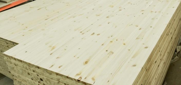 Aukštos kokybės vientisų tašelių klijuoti pušies skydai naudojami medinių baldų gamybai.