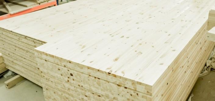Skandinaviškos pušies mediniai klijuoti skydai yra gražios medžio struktūros.