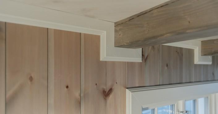 Pasirinkus dailylentes vidaus sienų apdailai, reikalingi lubų apvadai, kurie paslėptų lubų ir sienų sujungimą. Medenio lubų apvadai tam idealiai tinka.