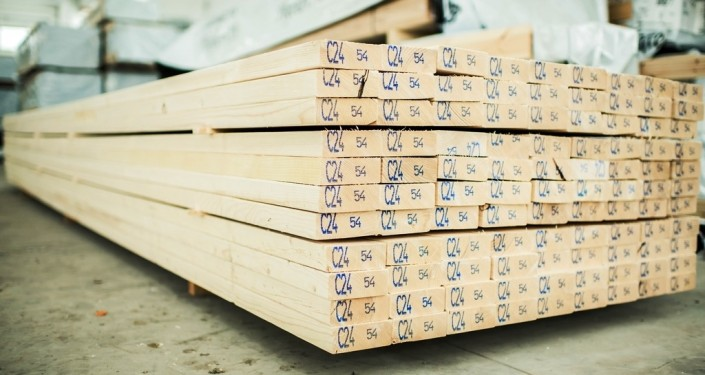 Medenio statybinė mediena yra tikslių matmenų, kokybiško džiovinimo, obliavimo, nesusukta, neperlinkusi, be skilimų galuose.